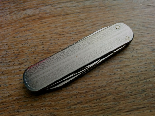 victorinox-director-feathers-exposed-rivet-front