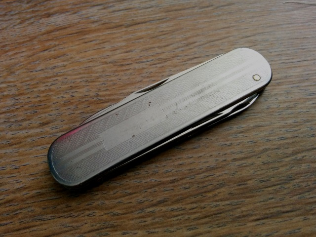 victorinox-director-feathers-exposed-rivet-rear-engraving-panel